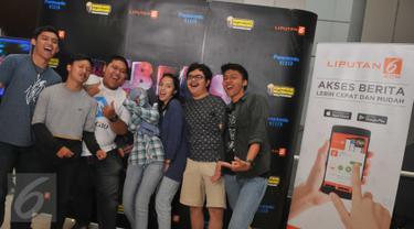 Sejumlah peserta berpose di photo booth yang telah disediakan panitia di CGV Blitz, Bandung, Minggu (7/8). Cinemaholic dan Panasonic Viera gelar nonton bareng Rebel's Team. (Liputan6.com/Gempu M Surya)