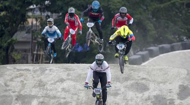Kristens Krigers asal Latvia memimpin dan meninggalkan pebalap sepeda BMX asal Indonesia pada babak semifinal Men Elite Kejuaraan Jakarta International BMX 2020. (Bola.com/Peksi Cahyo)