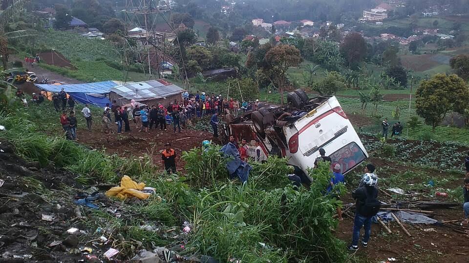 Bus pariwisata kecelakaan di Ciloto, Puncak, Jawa Barat. (Liputan6.com/Achmad Sudarno)
