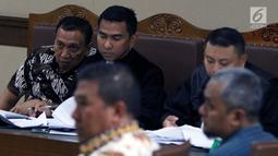 Terdakwa kasus korupsi dana hibah KONI, Ending Fuad Hamidy (kiri) menyimak keterangan saksi saat menjalani sidang lanjutan di Pengadilan Tipikor, Jakarta Pusat, Kamis (21/3). Sidang beragendakan pemeriksaan saksi-saksi. (Liputan6.com/Helmi Fithriansyah)