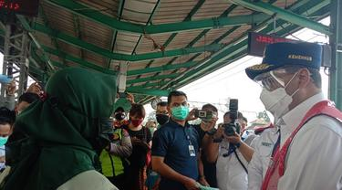 Menhub Budi Karya Sumadi memantau pergerakan penumpang pada KRL Jabodetabek di Stasiun Manggarai, Jakarta pada hari kedua Lebaran, Jumat (14/5/2021). Dok: Maulandy R/Liputan6.com