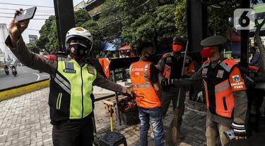 FOTO: PSBB Jakarta, Petugas Razia Masker di Tanah Abang