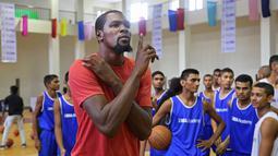 Pemain Golden State Warriors, Kevin Durant  memberi pelatihan basket kepada pemain muda di Greater Noida, dekat New Delhi, 28 Juli 2017. Durant  di India dengan misi mempopulerkan basket dan memberi pelatihan di negeri Mahatma Gandhi itu. (AP/Altaf Qadri)