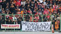Suporter Persija Jakarta memasang spanduk saat pertandingan melawan PSIS Semarang pada laga Liga 1 di Stadion Patriot, Bekasi, Minggu (15/9). Pemasangan spanduk tersebut merupakan protes atas hasil buruk Persija di Liga 1 Indonesia (Bola.com/M Iqbal Ichsan)