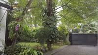 Ada Air Manncur dan Taman Penuh Tanaman di Rumah Yuni Shara. foto: Youtube 'Yuni Shara Channel'