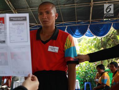 Petugas KPPS menunjukkan surat suara kepada penghuni Panti Sosial Bina Laras Harapan Sentosa (PSBLHS) 2 dalam pemilu serentak di Cipayung, Jakarta, Rabu (17/4). Pada Pemilu 2019, total pemilih dengan disabilitas grahita dan mental yang masuk DPT berjumlah 54.295. (Liputan6.com/Immanuel Antonius)