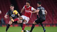Striker Arsenal, Pierre-Emerick Aubameyang, berusaha melewati pemain Burnley pada laga Liga Inggris pada laga Liga Inggris di Stadion Emirates, Senin (14/12/2020). Arsenal takluk 0-1 dari Burnley. (Laurence Griffiths/Pool/AFP)