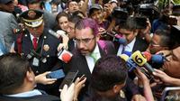 Menteri Keamanan Meksiko Jesus Orta meminta agar warga bisa tenang dan tidak membuat kegaduhan. Ia juga hadir di tengah-tengah aksi protes tersebut (AFP)