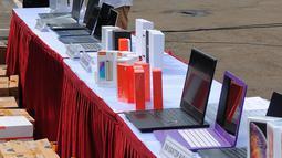 Petugas merapikan barang bukti produk elektronik ilegal saat konferensi pers di Kantor Pusat Bea Cukai, Jakarta, Selasa (30/4/2019). Dirjen Bea dan Cukai Kemkeu menyita produk elektronik ilegal dalam dua kali penindakan selama April 2019. (Liputan6.com/Angga Yuniar)