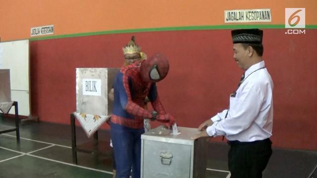 Sejumlah warga mengenakan pakaian superhero dan tokoh wayang untuk mencoblos di TPS setempat.