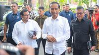 Capres nomor urut 01 Joko Widodo atau Jokowi saat tiba di Resto Plataran Menteng, Jakarta Pusat, Kamis (18/4). Jokowi dan Ma'ruf Amin menggelar pertemuan dengan ketua umum partai politik pengusungnya dalam Pemilu 2019. (Liputan6.com/Angga Yuniar)