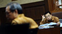 Terdakwa dugaan korupsi proyek e-KTP Setya Novanto menyimak keterangan saksi Made Oka Masagung pada sidang lanjutan di Pengadilan Tipikor, Jakarta, Senin (22/1). Sidang menghadirkan sejumlah saksi dalam proyek e-KTP. (Liputan6.com/Helmi Fithriansyah)