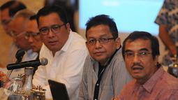 Ketua Komite Ekonomi dan Industri Nasional (KEIN), Soetrisno Bachir (kedua kanan) menyimak pertanyaan usai menjadi pembicara pada Workshop Media di Bogor, Sabtu (13/8/2016). Workshop mensosialisasikan fokus tugas KEIN. (Liputan6.com/Helmi Fithriansyah)