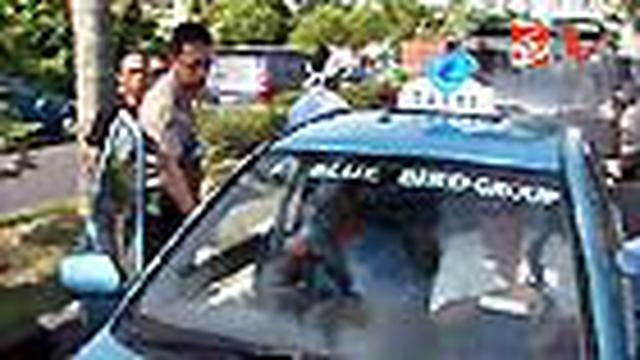 Ratusan sopir taksi lokal di Bali menggelar sweeping terhadap taksi Blue Bird. Mereka menuntut pencabutan izin operasi taksi Blue Bird di Bali. Puluhan taksi Blue Bird dirusak.