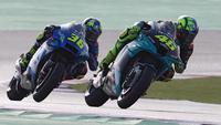 Valentino Rossi dibuntuti Joan Mir pada sesi rangkaian MotoGP Doha. (KARIM JAAFAR / AFP)