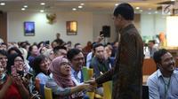 Presiden Joko Widodo bersalaman dengan salah satu pegawai selama meninjau layanan konsultasi Online Single Submission (OSS) BKPM di PTSP BKPM, Jakarta, Senin (14/1). (Liputan6.com/Angga Yuniar)