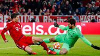 Penyerang Bayern Munchen, Robert Lewandowski berupaya mencetak gol melewati kiper Liverpool, Alisson Becker pada leg kedua babak 16 besar Liga Champions di Allianz Arena, Rabu (13/3). Liverpool menundukkan Bayern Munchen 3-1. (AP/Matthias Schrader)