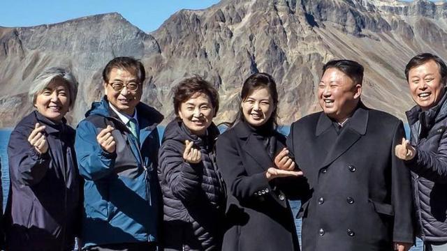 Ketika Kim Jong-un berusaha mengikuti salam cinta khad budaya K-Pop (AP/Blue House)