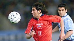 4. Marcelo Salas (Cile) - Pensiun dari Timnas Cile pada 2009. Membawa Cile tampil pada Piala Dunia 1998 di Prancis. Selama babak kualifikasi 1997-2007 mampu mencetak 18 gol dari 32 laga, dengan ratio 0,56 gol per-laga. (AFP/Fabian Gredillas)