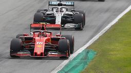 Pembalap Ferrari Charles Leclerc (depan) dikejar dua pembalap Mercedes Lewis Hamilton dan Valtteri Bottas dalam balapan F1 GP Italia 2019 di Sirkuit Monza, Minggu (8/9/2019). Leclerc juara setelah pertarungan alot melawan Lewis Hamilton dan Valtteri Bottas. (AP Photo/Antonio Calanni)