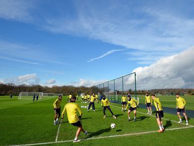 Para pemain Tottenham Hotspur mengikuti sesi latihan jelang laga Liga Champions di London, Selasa (6/3/2018). Tottenham Hotspur berhadapan dengan Juventus. (AFP/Glyn Kirik)