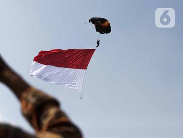 Atraksi Terjun Payung Meriahkan HUT ke-69 Polairud