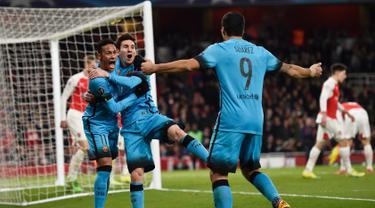 Lionel Messi (tengah) melakukan selebrasi dengan Neymar dan Suarez usai mencetak gol kegawang Arsenal pada leg pertama 16 besar Liga Champions di Stadion Emirates, Inggris (24/2). Barcelona menang atas Arsenal dengan skor 2-0. (Reuters/Toby Melville)