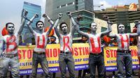 Aksi teatrikal yang menggambarkan keterpasungan nasib buruh mewarnai aksi May Day di bundaran HI. (Liputan6.com/Helmi Fithriansyah)