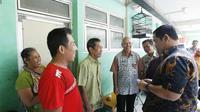 Wali Kota Semarang Hendrar Prihadi mendatangi warga Rusunawa Kaligawe menyerahkan E-KTP. Ini upaya meredam kejengkelan warga. (foto: Liputan6.com/felek wahyu)