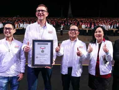 Menaker, Hanif Dhakiri (tengah) bersama jajaran Direksi Sampoerna foto bersama pada penghargaan Rekor MURI, di Tangerang, Kamis (22/11). Sampoerna mencatatkan MURI Komitmen Secara Digital oleh Peretail Tradisional Terbanyak. (Liputan6.com/HO/Ading)