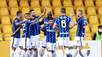 Para pemain Inter Milan berselebrasi setelah mengalahkan Benevento di Stadion Ciro Vigorito, Kamis (1/10/2020) dini hari WIB. (Alessandro Garofalo/LaPresse via AP)