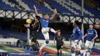 Joao Cancelo dari Manchester City berebut bola dengan Mason Holgate dari Everton pada pertandingan Liga Inggris di stadion Goodison Park, di Liverpool, Inggris, Rabu, 17 Februari 2021. (Jon Super / Pool melalui AP)