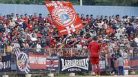 The Jakmania saat menyaksikanl laga antara Persija Jakarta melawan Persika Karawang pada laga uji coba di Stadion Soemantri Brodjonegoro, Kuningan, Jakarta, Sabtu (30/12/2017). Persija menang 3-1 atas Persika. (Bola.com/M Iqbal Ichsan)