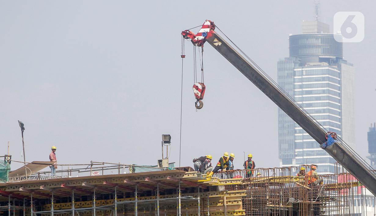 Pekerja menyelesaikan proyek pembangunan Light Rail Transit (LRT) Jabodebek di ruas Jalan Rasuna Said, Jakarta, Jumat (7/8/2020). Salah satu proyek PT Adhi Karya, LRT Jabodebek, ditargetkan selesai pada Juni 2022 di tengah pandemi COVID-19. (Liputan6.com/Fery Pradolo)