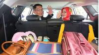 Gaya Ridwan Kamil dan istri saat pindah rumah. (Instagram Ridwan Kamil)