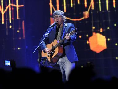 Penyanyi Iwan Fals saat pentas di Malam Puncak HUT SCTV ke 26 di Istora Senayan, Jakarta, Rabu (24/8). Iwan Fals menjadi salah satu musisi yang ikut meramaikan HUT SCTV ke 26. (Liputan6.com/Johan Tallo)