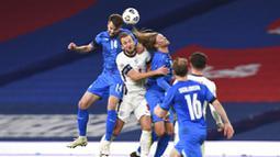 Striker Inggris, Harry Kane, duel udara dengan pemain Islandia pada laga UEFA Nations League di Stadion Wembley, Kamis (19/11/2020). Inggris menang dengan skor 4-0. (Neil Hall/Pool via AP)