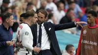 Pelatih Inggris Gareth Southgate berbicara dengan Jack Grealish sebelum menggantikan rekan setimnya Bukayo Saka dalam laga melawan Jerman pada babak 16 besar Euro 2020 di Stadion Wembley, London, Selasa (29/6/2021). (AP Photo/Frank Augstein, Pool )