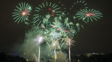 FOTO: Pesta Kembang Api Meriahkan Hari Bastille di Prancis