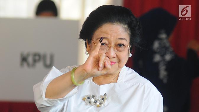 Ketua Umum PDIP yang juga Presiden kelima RI Megawati Soekarnoputri menunjukkan jarinya yang telah dicelup tinta seusai menggunakan hak pilihnya pada Pemilu 2019 di TPS 62, Kebagusan, Jakarta, Rabu (17/4). (Liputan6.com/Angga Yuniar)