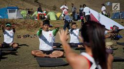 Peserta sedang latihan yoga di Ranu Kumbolo, Taman Nasional Bromo Tengger Semeru, Malang, Minggu (14/10). Kegiatan yang digelar dalam rangka Semen Indonesia Trail Run Camp sebagai ajangtry out bagi 40 pelari dalam SMI Trail Run. (Liputan6.com/HO/Eko)