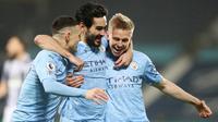 Para pemain Manchester City merayakan gol yang dicetak oleh Ilkay Gundogan ke gawang West Bromwich Albion pada laga Liga Inggris di Stadion The Hawthorns, Selasa (27/1/2021). City menang dengan skor 0-5. (Laurence Griffiths/POOL/AFP)