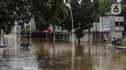 Suasana banjir di kawasan Kemang, Jakarta, Sabtu (20/2/2021). Curah hujan yang tinggi menyebabkan kawasan tersebut terendam banjir setinggi orang dewasa. (Liputan6.com/Johan Tallo)