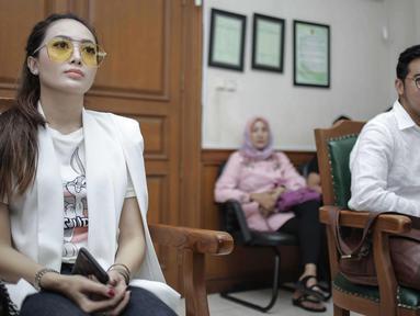 Gitaris band Geisha, Roby Satria atau Roby Geisha dan Istrinya Cinta Ratu Nansya saat menjalani sidang perceraian perdana di Pengadilan Agama Jakarta Selatan, Senin (12/3). Sidang beragendakan mediasi bagi kedua belah pihak. (Liputan6.com/Faizal Fanani)