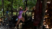 Gambar pada 9 Februari 2020 menunjukkan pekerja mengolah potongan pohon sagu menjadi tepung di sebuah desa di Meulaboh, provinsi Aceh. Berwarna putih agak pucat, tepung ini sering digunakan untuk pembuatan berbagai makanan dan masakan. (CHAIDEER MAHYUDDIN/AFP)