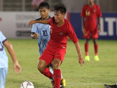 Pemain depan Timnas Indonesia U-16, Wahyu Aging Drajat mencoba lolos dari kawalan pemain Kepulauan Mariana Utara U-16 pada laga kualifikasi Piala AFC U-16 2020 Grup G di Stadion Madya Gelora Bung Karno, Jakarta, Rabu (18/9/2019). Indonesia U-16 unggul 15-1. (Liputan6.com/Helmi Fithriansyah)