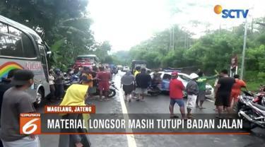 Jalan Nasional Magelang-Purworejo lumpuh akibat longsoran tebing setinggi 25 meter.