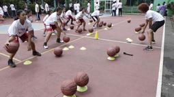 Sejumlah siswa mengikuti pelatihan oleh Legenda NBA, Jason Richardson, di SMA 82 Jakarta, Kamis (28/3). Kunjungan peraih dua gelar juara kontes slamdunk NBA tersebut merupakan bagian dari rangkaian program Jr NBA. (Bola.com/M Iqbal Ichsan)