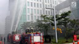 Petugas menyemprotkan air ke gedung saat simulasi penanggulangan kebakaran dan gempa bumi di Balai Kota Tangsel, Banten, Kamis (26/4). Simulasi bertujuan meningkatkan kesiapsiagaan, kecepatan, dan ketepatan dalam penyelamatan. (Merdeka.com/Arie Basuki)