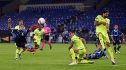 Pemain Inter Milan, Danilo D'Ambrosio, berusaha mencetak gol ke gawang Getafe pada laga 16 besar Liga Europa 2019/2020 di Veltins Arena, Kamis (6/8/2020) dini hari WIB. Inter Milan menang 2-0 atas Getafe. (AFP/Lars Baron/pool)